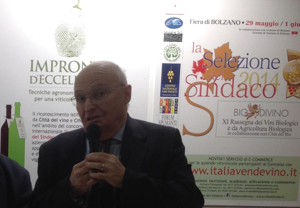 """Il prof. Mario Fregoni, Ambasciatore delle Città del Vino, ha presentato la nuova edizione di """"Impronte d'Eccellenza"""" presso lo stand Cifo in occasione di Fieragricola (Verona) lo scorso 7 febbraio 2014."""