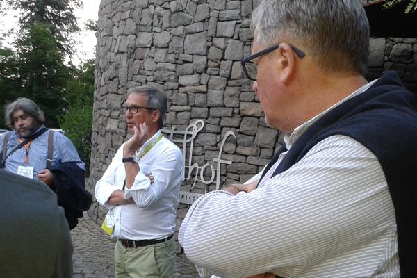 Hans Terzer (al centro) all'avvio del percorso enogastronomico presso Tenuta Strobhof.