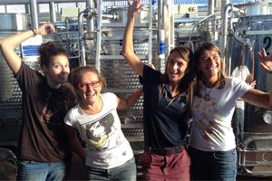 Donne della Vite in Cantina Tuscania all'opera per la produzione di DiVento.
